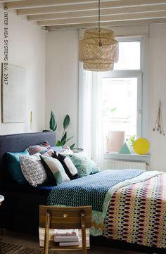 Nonchalant, mondain et un peu extravagant, donnez à votre chambre un look bohème avec des touches naturelles, des textiles exotiques et plein, plein de motifs. SINNERLIG Suspension, 49,99/pce. #IKEAxCoffeeklatch  Careless, worldly and a bit extravagant, give your bedroom a bohemian look with natural accents, exotic fabrics and lots, lots of patterns. SINNERLIG Pendant lamp, 49,99/pce. #IKEAxCoffeeklatch