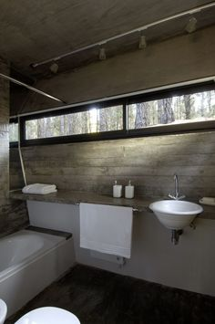 #Concrete House / BAK Architects  Handig als je een schuine wand hebt in je badkamer