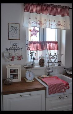 Shabby Chic is a mix of old and new, and has a very long tradition in the Scandinavian nations and the United Kingdom. Shabby chic is the most recent craze in the rustic kind of decorating. Shabby Chic Kitchen Curtains, Cocina Shabby Chic, Cottage Curtains, Country Curtains, Decoration Shabby, Shabby Chic Decor, Cottage Kitchens, Home Kitchens, Cortinas Country