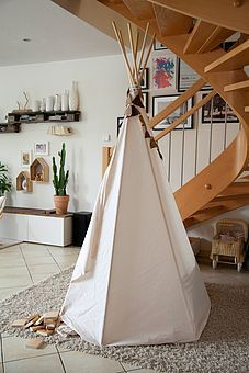 wir bauen uns ein tipi tipi bauen diy kinderzimmer und g nstig. Black Bedroom Furniture Sets. Home Design Ideas