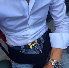 Cinturón Hermes en color azul. Combinación con camisa celeste y blue jeans.