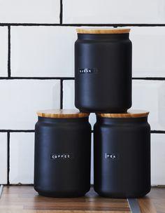 Eine tolle Idee für die Aufbewahrung in deiner Küche. Einmachgläser, Dosen mit Deckel oder ähnliches mit schwarzer Farbe bemalen und mit einer Etikettiermaschine beschriften.
