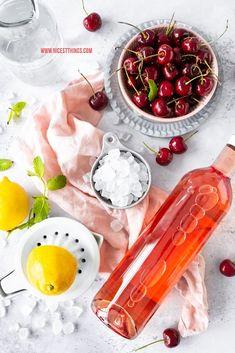 Frosé Rezept Frozen Rosé mit Kirschen und Kandis #frose #frosé #frozenrose #cocktail #sommerdrink #diamant #kandis #diamantzucker #kandisrezepte #Glückisthomemade Frose Rezept, Cocktails, Drinks, Frozen Rose, Fish, Vegetables, Hot Chocolate, Cherries, Craft Cocktails