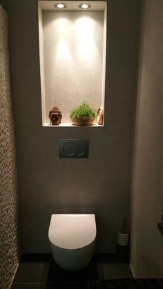 Spotjes boven de uitsparing achter het toilet maken het sfeervol