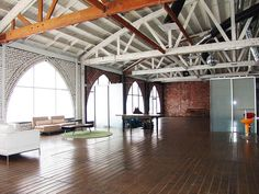 This Magnificent Glendale studio is the perfect location for filming, commercial shoots, green screen work, music video, still photo shoots and special events.
