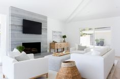 Small apartments have their upsides – lower rent, usually a closer proximity to bustling downtown places, and a specific irreplaceable comfortable charm. That is, once you learn how decorate. Cute Living Room, Glam Living Room, Coastal Living Rooms, Living Room Decor, First Apartment Decorating, Home Interior Design, Family Room, Small Apartments, Home Decor