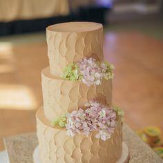 Wedding cake à trois niveaux décoré d'hortensias roses et vertes