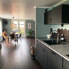 En dempet og sval mintaktig tone Conference Room, Table, Furniture, Home Decor, Decoration Home, Room Decor, Tables, Home Furnishings, Home Interior Design
