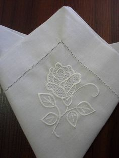 This Pin was discovered by SukWhite on White Linen Napkins Hand Embroidery Art, Embroidery Needles, Floral Embroidery, Machine Embroidery, Embroidery Designs, Tattoo Dentelle, Lace Beadwork, Learning To Embroider, Brazilian Embroidery