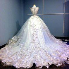6 Beautiful Wedding Dress Trends in 2020 Antique Wedding Dresses, Wedding Dress Trends, Gorgeous Wedding Dress, Beautiful Gowns, Bridal Dresses, Bridesmaid Dresses, Fantasy Gowns, Weeding Dress, Bridal Fashion Week