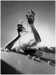 Lisa Fonssagrives (Hands).  Photo by Horst P. Horst, 1941.