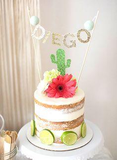 Un beau gâteau mexicain avec un cactus vert pailleté