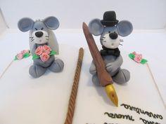 #Cake design: #topper a forma di #libro per un #matrimonio #Novelli #sposi come #topini in #pastadizucchero. #Penna #stilografica, #fedi e #bouquet in #pasta di zucchero.