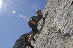 Marta Larralde practica deportes de aventura, aquí la podemos ver escalando