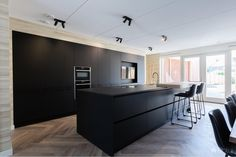 Luxurious black kitchen with TV – OBLY Tv In Kitchen, Kitchen Room Design, Kitchen Island, Kitchen Ideas, Black Kitchens, Home Kitchens, Dream House Plans, Modern, House Design