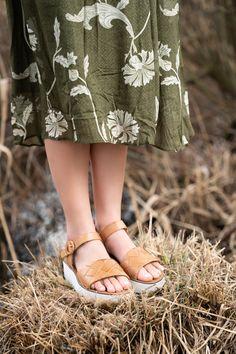 Mit diesen weichen Plateau-Sandaletten von Paul Green liegen Sie im Trend auf hohem Niveau. Lässig, edel und mit eleganter Natürlichkeit präsentiert sich das Modell aus softem, mittelbraunen Glattleder und umwerfender Flechtstruktur am Vorderriemen. Der verstellbare Fesselriemen mit integriertem Klettverschluss sorgt für eine perfekte Passform. Die bequeme Plateau-Sohle harmoniert dazu perfekt und vollendet das Design. Setzen Sie auf diese unkomplizierten Begleiter! Outfits Kombinieren, Paul Green, Trends, Birkenstock Mayari, Elegant, Shopping, Shoes, Design, Fashion