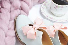 Miętowe półbuty z pudrowo różową kokardką