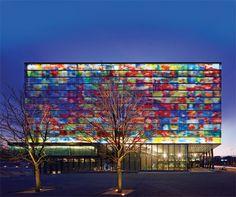 Fachada em vidro colorido Crea-Lite do Instituto holandês de Imagem e Som.