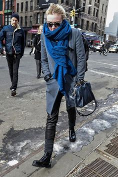 We're going to invest in a giant, oversized cobalt blue scarf stat, after spotting Dakota Fanning in hers. It's the perfect accompaniment to a grey and black palette. Dakota Fanning, Elle Fanning, Street Style 2017, Casual Winter Outfits, Outfit Winter, Winter Looks, Winter Wardrobe, Winter Coat, Autumn Fashion