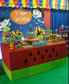 Olha como ficou lindoooo o show da Sofia, foi só alegria  com a Luna e muita melancia . Venha você também fazer o show com o ateliê celebrante. #festashowdaluna#showdasofia#lunamelancia#showdaluna Toy Chest, Maya, Birthday Cake, Home Decor, Watermelon, Joy, Kids Part, Farmhouse Rugs, Ideas