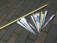 Pijltjes of besjes schieten met pvc buis. Pijltjes gemaakt van papier uit de dikke Wehkamp boeken werkten het best.