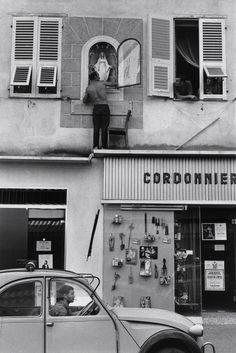 Ajaccio Corsica 1969 Photo: Henri Cartier-Bresson street photography, black and white Henri Cartier Bresson, Candid Photography, Documentary Photography, Street Photography, Classic Photography, Photo B, Jolie Photo, Magnum Photos, Ajaccio Corsica