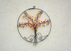 Volání+jara.+Drátovaný+obrázek.+Strom...černý+drát...skleněné+korálky+v+barvách:+okrová,+červená,+čirá,+žlutá,+růžová.+Průměr:+33+cm.+Ošetřeno+antikorozním+sprejem.+Originál+RoníkoVo.