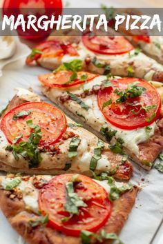 15 minute margherita flatbread pizza delicious easy recipe for a homemade pizza made with naan bread fresh mozzarella tomatoes garlic and basil thats great for busy weeknight dinners or parties letthebakingbegin pizza flatbread margherita pizzarecipe Naan Pizza, Flatbread Pizza Recipes, Recipes With Naan Bread, Pizza Hut, Flatbread Ideas, Naan Flatbread, Recipes With Fresh Mozzarella, Fresh Mozzarella Pizza, Flatbread Toppings