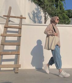 Hijab Outfit Trend You Need To Try in Early . Hijab Outfit Trend You Need To Try in Early Hijab Casual, Ootd Hijab, Hijab Jeans, Simple Hijab, Modest Fashion Hijab, Modern Hijab Fashion, Street Hijab Fashion, Hijab Fashion Inspiration, Hijab Chic