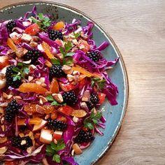Salat med rød spidskål, abrikoser og brombær Junk Food, Food N, Food And Drink, Healthy Salad Recipes, Clean Recipes, Real Food Recipes, Waldorf Salat, Tasty Bread Recipe, Healthy Chicken Dinner
