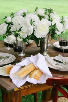 Bunches of peonies, crusty bread and red wine. How to Host an Al Fresco Dinner an-al-fresco-dinner-party White Peonies, White Flowers, Elegant Flowers, Al Fresco Dinner, Beautiful Table Settings, Picnic Time, Party Entertainment, Tablescapes, Party Time