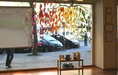 Escaparate con hojas de papel en gama de colores otoñales. http://www.papermoonandco.com/