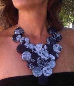 Riciclo creativo con gioielli collana di tappi dipinti