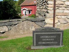 Elias och Anna Stinas grav på Horreds nya kyrkogård. I bakgrunden Klockaregården där dottern Anna bodde. Foto: Kjell-Åke Brorsson 2014.