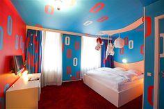 (161) Después de un cambio de imagen, el envejecido Park Hotel en Copenhague se transformó en el impresionante Hotel Fox, donde las 61 habitaciones varían de temas de animación japonesa al Pop Art.