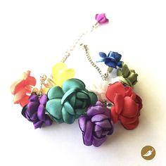 En esta joya, Nini del Rìo, se inspira en uno de los rasgos más característicos de la Fiesta de la Tirana: el Color. Cientos de tonalidades colman la pampa del Tamarugal,a través de las máscaras, cintas, trajes, sombreros y flores. Las telas siempre son brillantes, por ello Nini utiliza satín para crear esta línea inspirada en la mayor apoteosis coreográfica de Chile. Nini del Rio se decide por la policromía y la plasma en esta pulsera de flores hechas a mano en distintos tonos para honrar…
