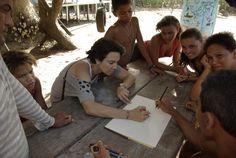 """A jornalista Monica Picavêa sempre foi apaixonada por projetos sociais e fazia esse tipo de trabalho voluntário desde os 15 anos. """"Eu acredito que a melhor maneira de fazer algo pelo mundo, é encontrar alguma coisa que você ame fazer, e a colocar à disposição das pessoas""""."""