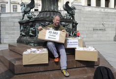 """49.583 Unterschriften: Der Kabarettist Roland Düringer hat dem Parlament am Dienstag seine Bürgerinitiative mit rund 49.600 Unterschriften für einen U-Ausschuss zur Hypo übergeben. """"Es schaut jetzt so aus, als täte der Untersuchungsausschuss kommen"""", zeigte sich Düringer überzeugt. Die Opposition sammelte mit ihrer Petition für die Aufklärung der Causa rund 141.500 Unterstützer. Mehr Bilder des Tages: http://www.nachrichten.at/nachrichten/bilder_des_tages/cme10133,1089643 (Bild: APA)"""