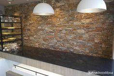 Bakkerij Swart te Wervershoof - interieur wand is verzorgd door de Infrashop. Realisatie: Puzzle Steenpanelen Oranje Kwartsiet.