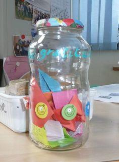 Parce que les spécialistes de la psychologie positive ont constaté que les gens qui exprimaient régulièrement de la gratitude étaient plus heureux, j'ai voulu ritualiser le MERCI avec les enfants a...