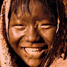 Se alguém está tão cansado que não possa te dar um sorriso, deixa-lhe o teu./ If someone is so tired he can not give you a smile, let he be with yours.   - Provérbio Chinês