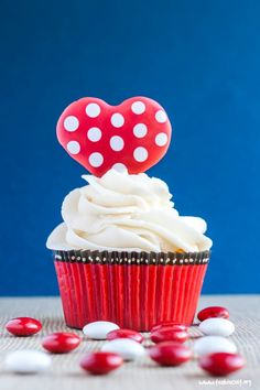 Delicious, cute, fun and very simple to create gluten free Valentines Day cupcakes! Visit the blog for easy instructions on creating your own royal icing toppers | www.teabiscuit.org
