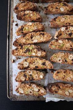 Cantuccini aux noisettes, aux amandes, aux pistaches et aux pépites de chocolat noir