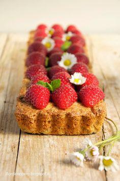Crostata di grano saraceno con confettura di fragole e cardamomo, frutto irresistibile e spezia fresca, aromatica, un po' pepata.