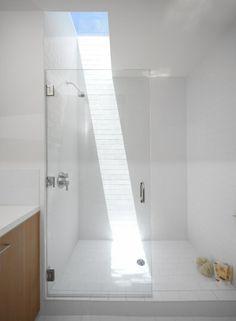 Badezimmer Dachfenster weiße Duschkabine Sonnenlicht