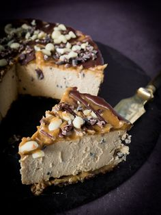 Snickers cheesecake, vegan, gluten-free, fermented - A vegan Snickers cake that only consists of healthy ingredients and doesn& even have to be ba - Snickers Cheesecake, Cheesecake Vegan, Snickers Torte, Cheesecake Recipes, Cheesecake Cake, Snickers Dessert, Raw Food Recipes, Sweet Recipes, Baking Recipes