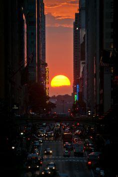 Di mana terlihat matahari terbenam tepat di tengah jalanan Hudson hingga East River