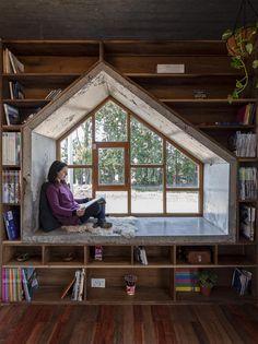 Les architectes du studio ALMOZNIVILA ont conçu ce petit espace de travail qui est rattaché à leur maison à Buenos Aires. Élément fort de ces bureaux, un espace de détente et de lecture a été intégré dans l'encadrement de la fenêtre. L'extérieur du bureau, représenté par une façade en béton brut, présente une saillie en forme de maison avec des fenêtres à ossature de bois. En faisant sortir les fenêtres du bâtiment, cela a donné aux architectes un peu plus d'espace, leur permettant de…