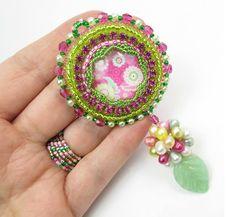 LA FAMIGLIA CRESCE Ecco il nuovo ciondolo della linea super colorata, super allegra, super primavera-estate!!! Simpatico, vero? In omaggio col ciondolo, anche l'anello abbinato... mai più senza!  www.raffaelladeangeli.it  #raffaelladeangeli #prodottounico #fattoamano #artigianatoartistico #artigianiitaliani #madeinitaly #gioielli #bijoux #ciondolo #collana #cabochon #embroidery #jewelry #handmade #handmadecraft #necklace #accessory #woman #omaggio #free