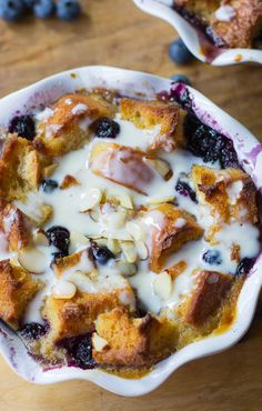 Blueberry White Chocolate Bread Pudding Recipe ~ An ultra rich and decadent bread pudding with fresh and dried blueberries, white chocolate, almonds and a delicious Amaretto Cream Sauce. Köstliche Desserts, Delicious Desserts, Dessert Recipes, Yummy Food, Tasty, White Chocolate Bread Pudding, Chocolate Cream, Blueberry Chocolate, Blueberry Recipes